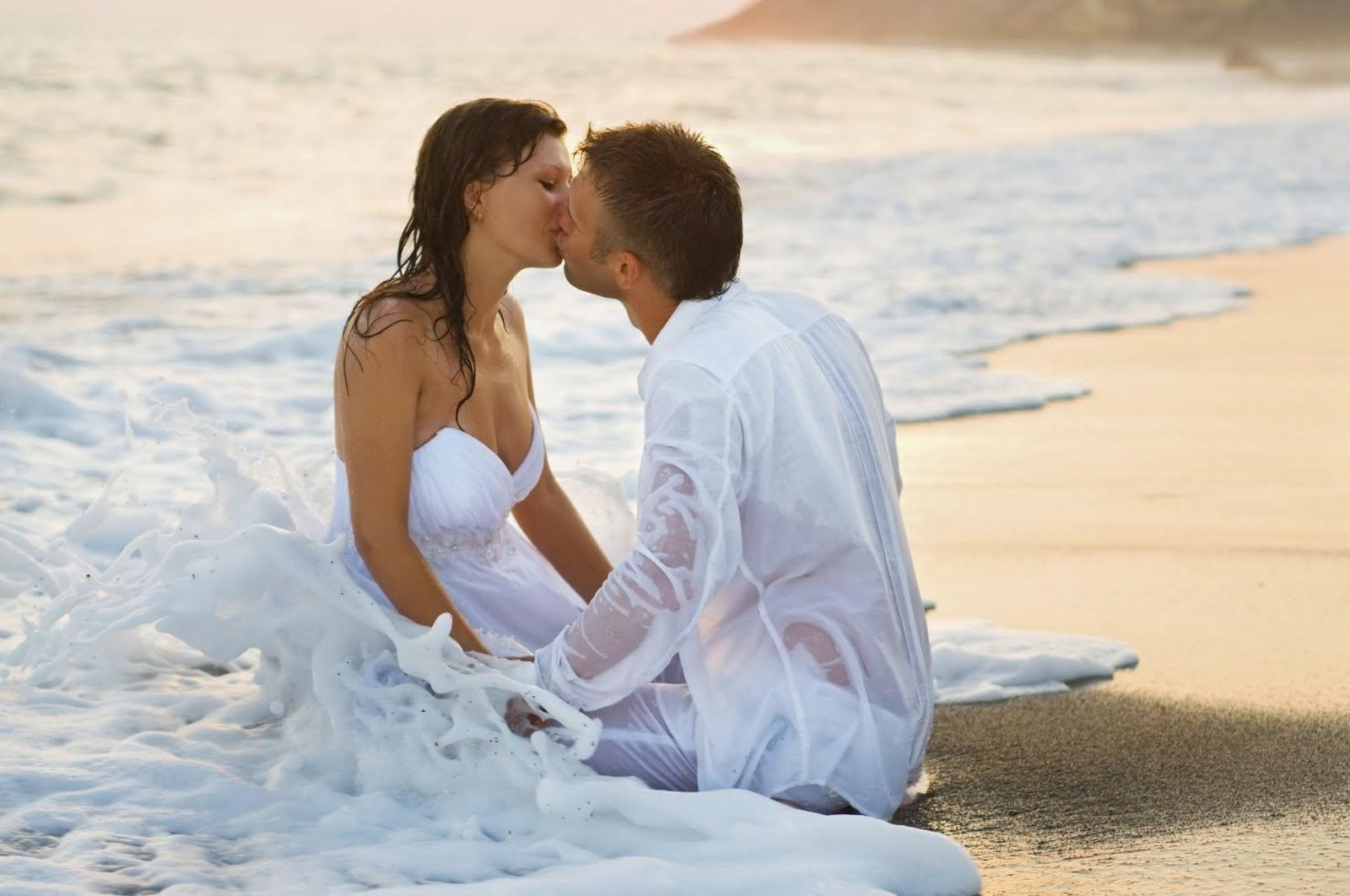 1372077564_kissing_couple_wallpaper